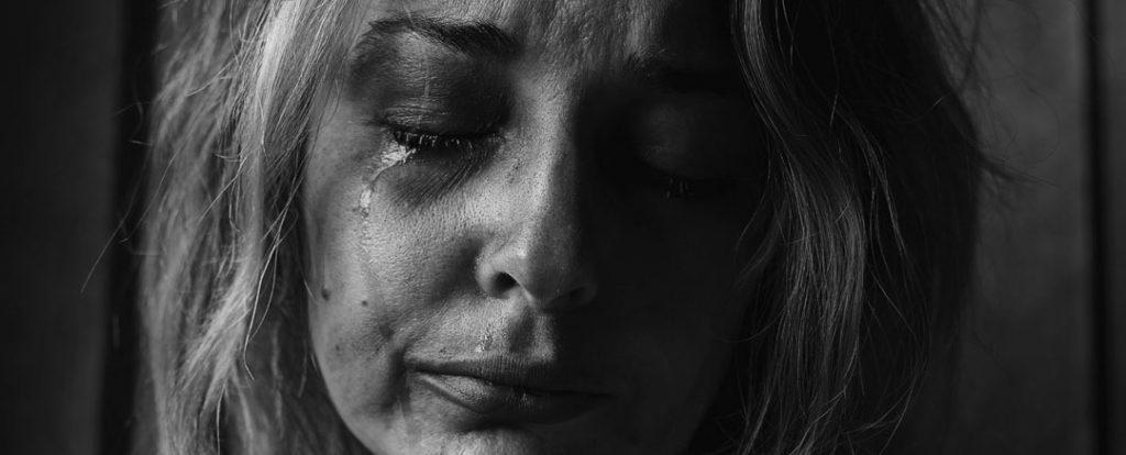 eine Frau am Weinen