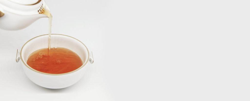 Tee wird langsam eigneschenkt